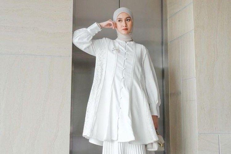 Inspirasi Busana Lebaran Pakai Outfit Putih untuk Hijabers