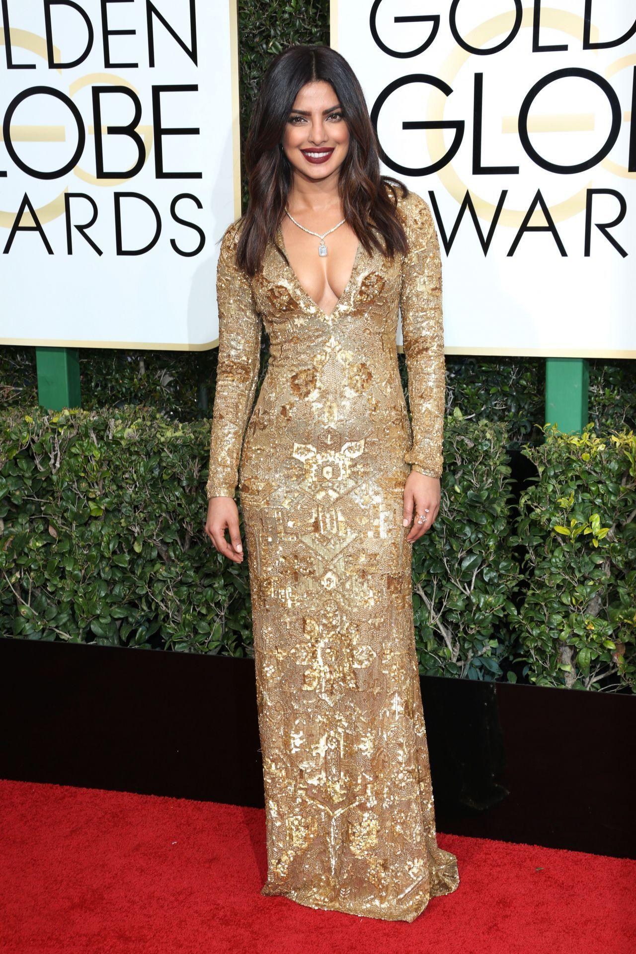Gaya Seksi Artis Hollywood Pakai Dress Emas, Sensual yang Mahal!