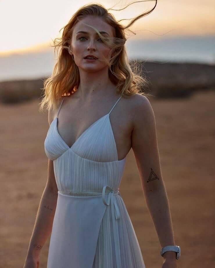 Masih 25 Tahun! Intip Gaya Sophie Turner yang Cukup Seksi