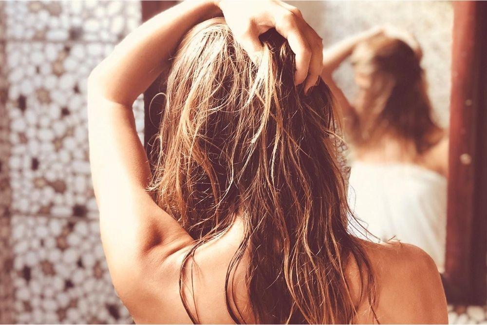 5 Manfaat Air Mawar untuk Rambut, Melembapkan hingga Atasi Ketombe