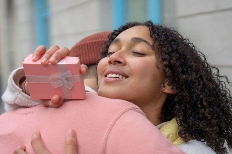 7 Ide Hadiah Lebaran untuk Istri, Selain Peralatan Rumah Tangga