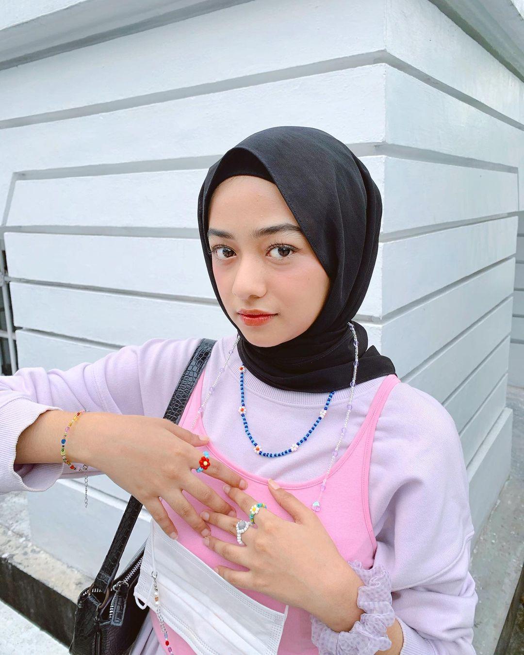 Model Kalung yang Cocok Dipakai untuk Perempuan Berhijab
