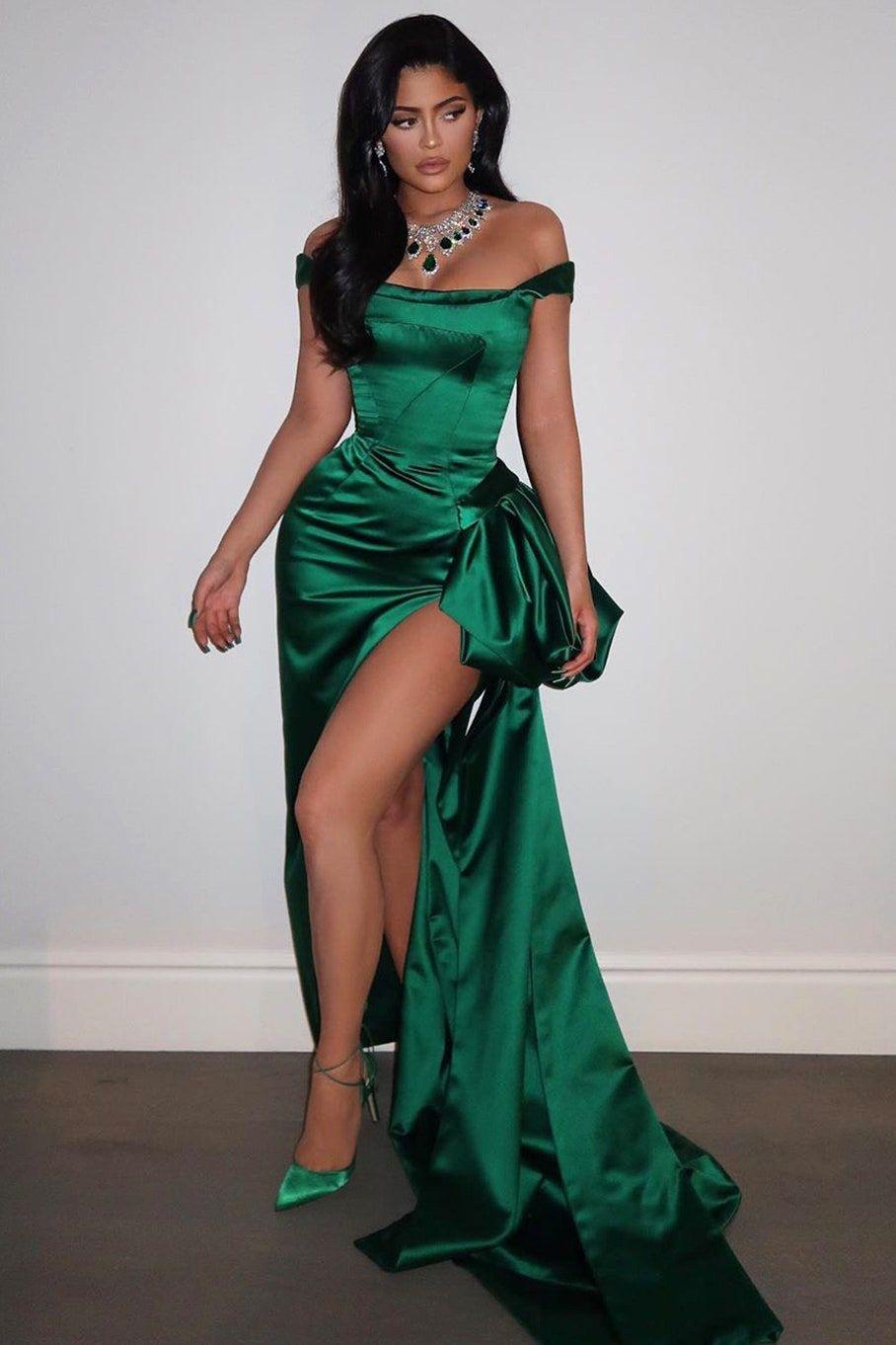 Cara Artis Padu-padankan Dress Hijau Emerald, Glamor di Karpet Merah!
