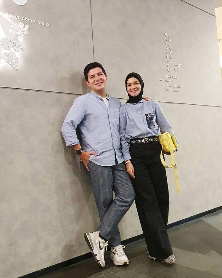 Istri Lebih Tua Setahun, 9 Pasangan Artis Ini Tampak Serasi nan Mesra