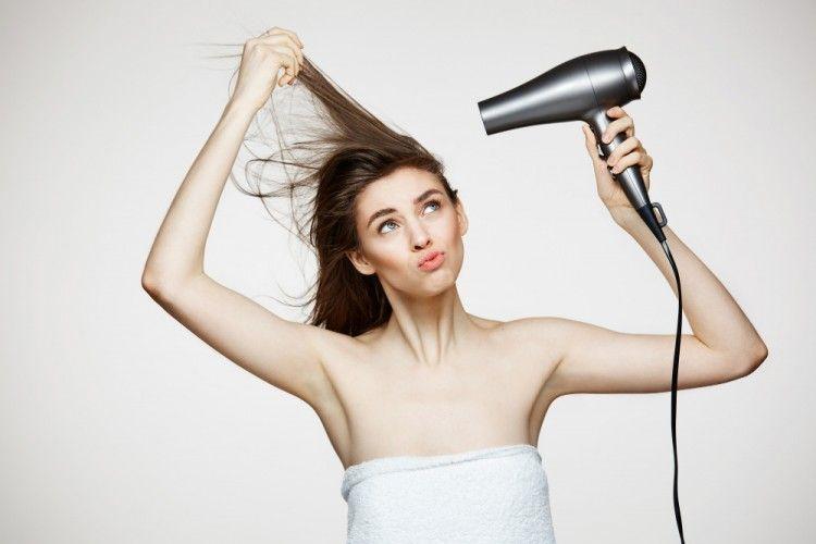5 Dampak Buruk Terlalu Sering Mengeringkan Rambut dengan Hair Dryer
