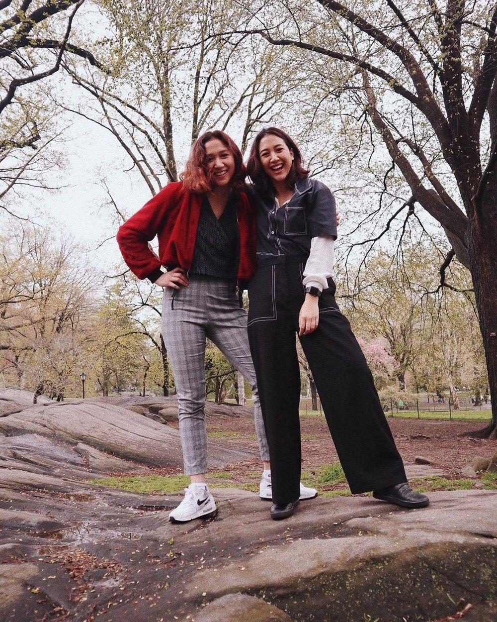 9 Potret Kompak Sherina Munaf dan Adiknya, Mirip Bak Saudara Kembar