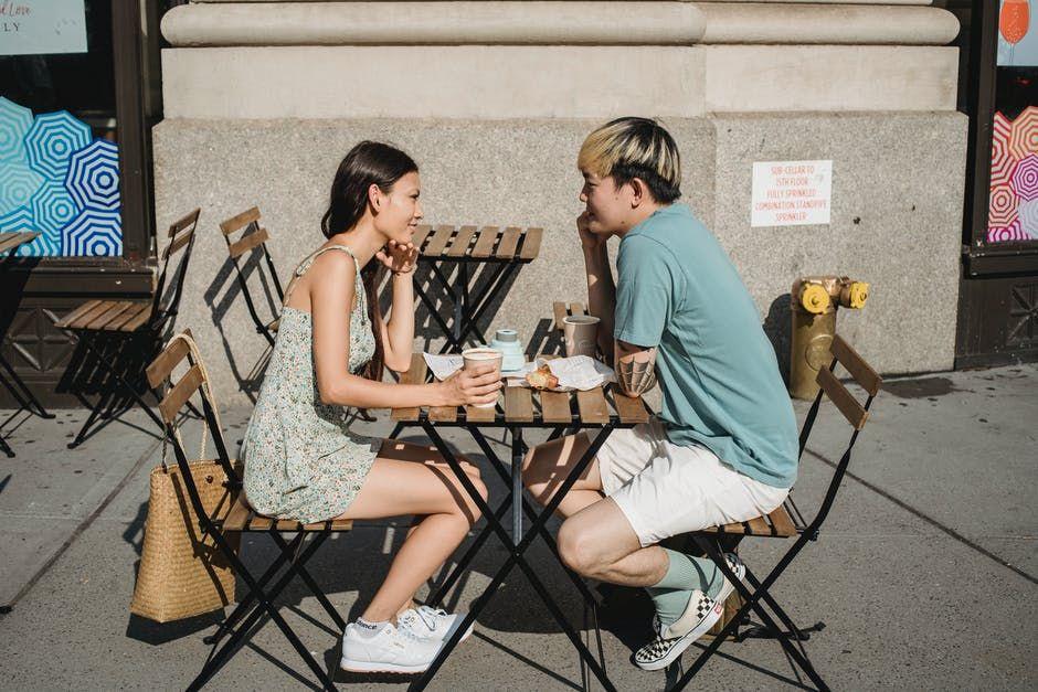 5 Alasan Ilmiah Jatuh Cinta pada Pandangan Pertama
