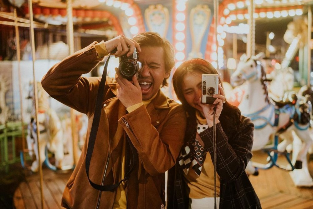 Fun Banget! 10 Potret Pre-Wedding Joshua Suherman & Clairine Clay