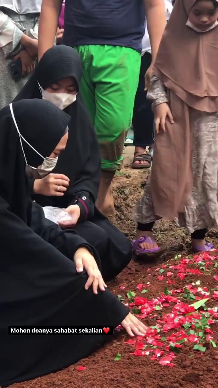 10 Momen Duka di Pemakaman Ayah Ria Ricis