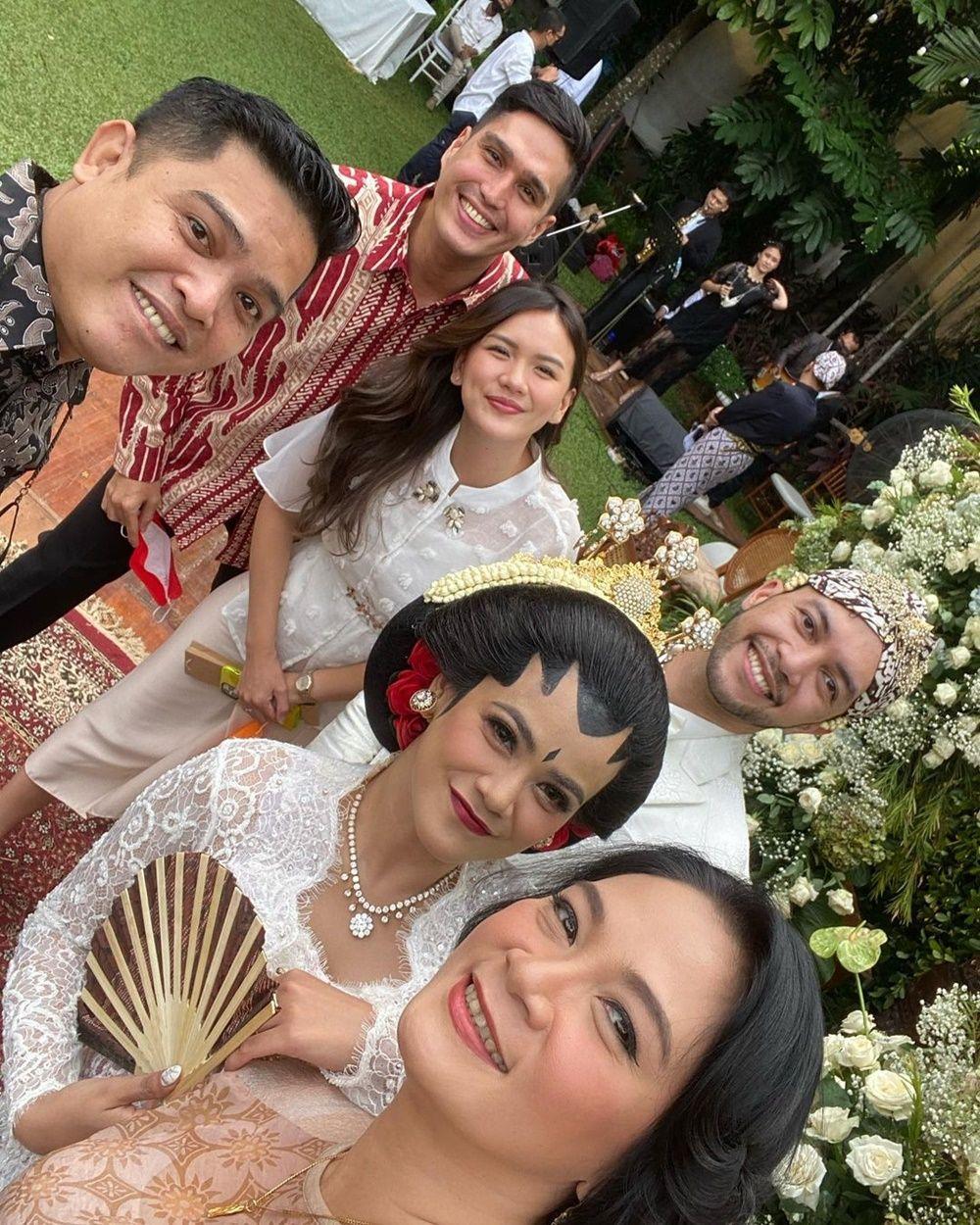 Balikan Sama Mantan, 9 Potret Perjalanan Cinta Indah Indriana & Suami
