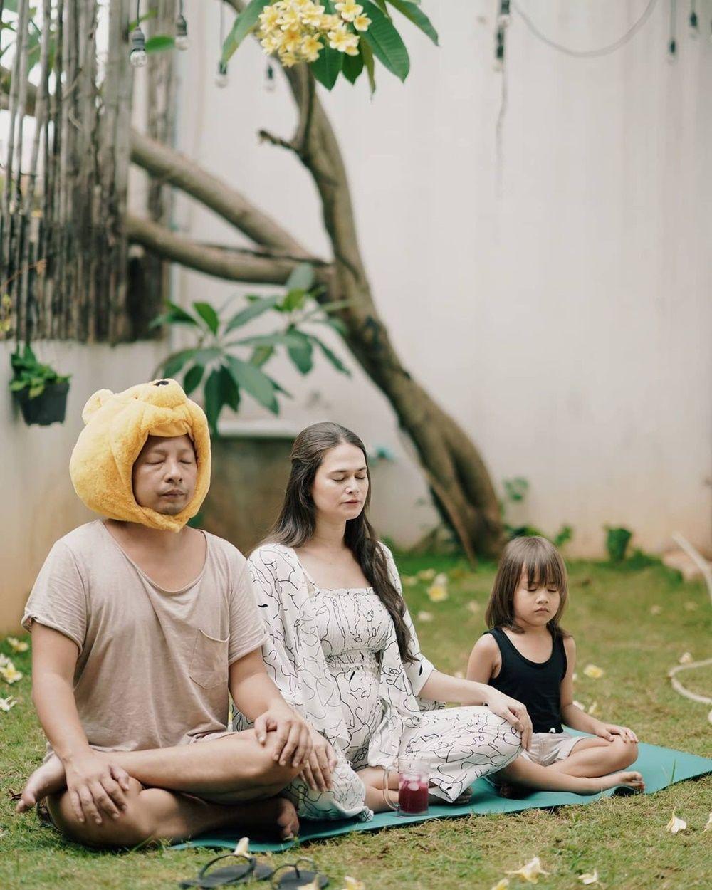 Rayakan Anniversary Terpisah, 10 Potret Kompak Ringgo Agus & Keluarga
