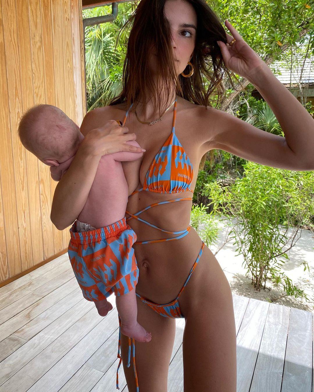 Pose Pakai Bikini, Foto Emily Ratajkowski Ini Kena Kritik!