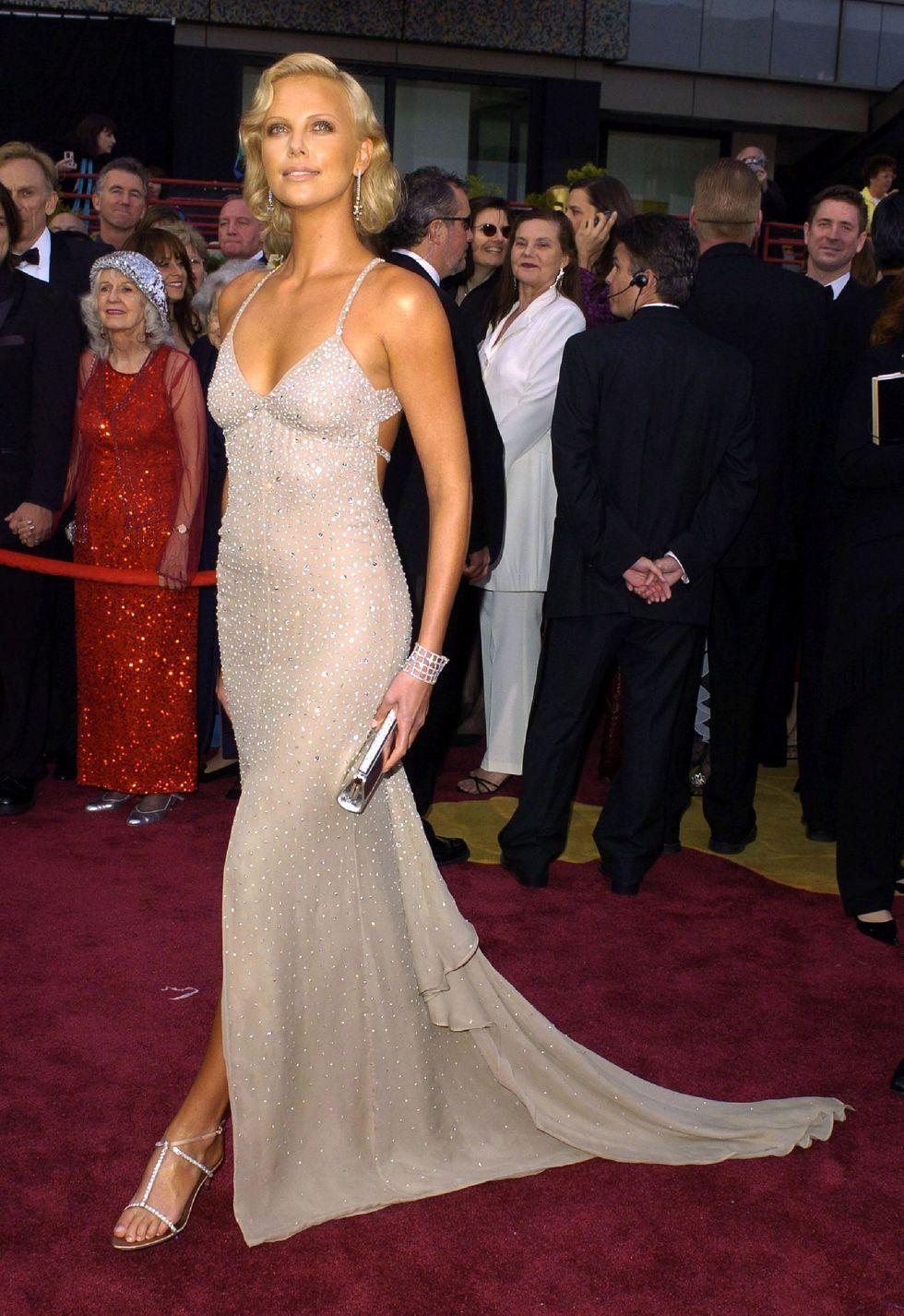 Mewah dan Seksi! Gaya Artis Kenakan Dress Berbalut Kristal