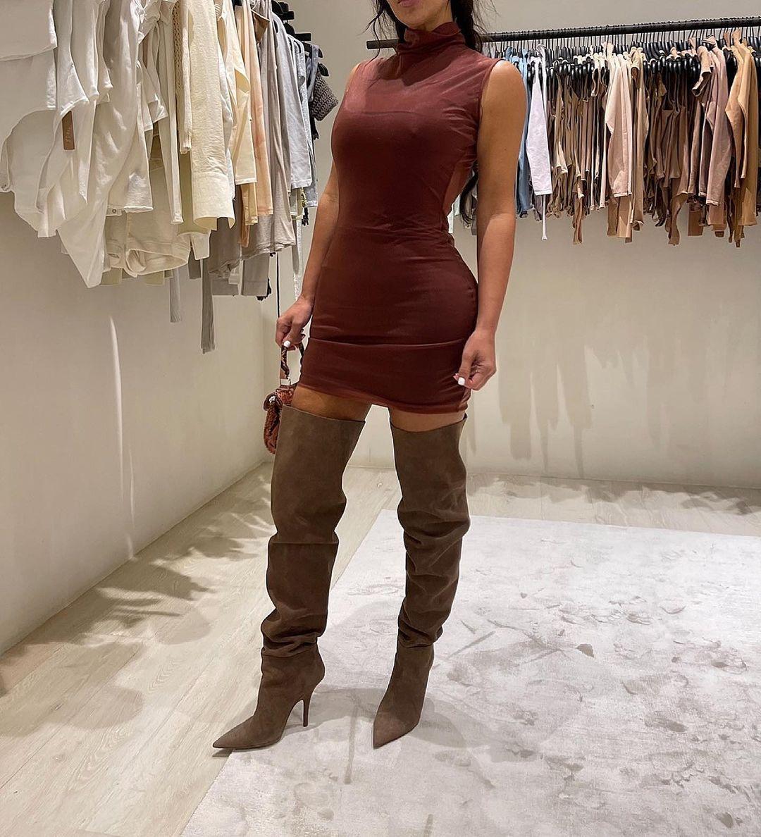 Potret Seksi Kim Kardashian Saat Fitting, Berani Terbuka