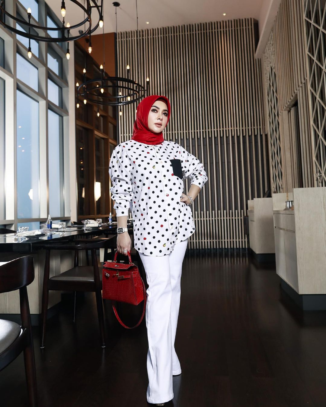 Intip Gaya Terkini Syahrini, Putuskan Hijrah Pakai Hijab 'Fancy'