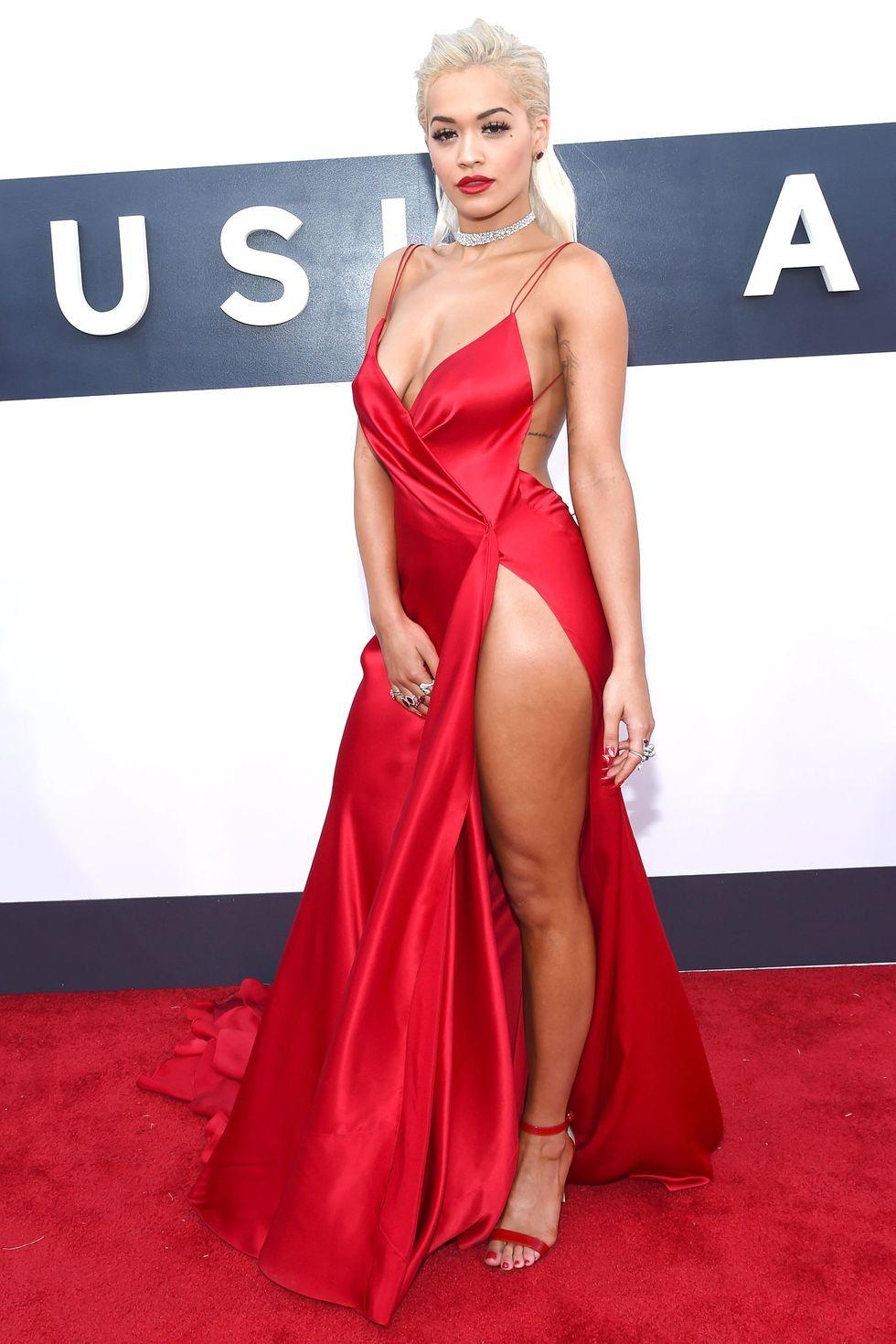 Gaya Seksi Artis Hollywood Pamer Paha Pakai Gaun Belahan Tinggi
