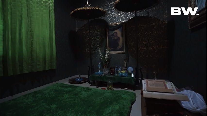 Tiap Ruangan Ada Penunggunya, Ini 13 Potret Rumah Roy Kiyoshi