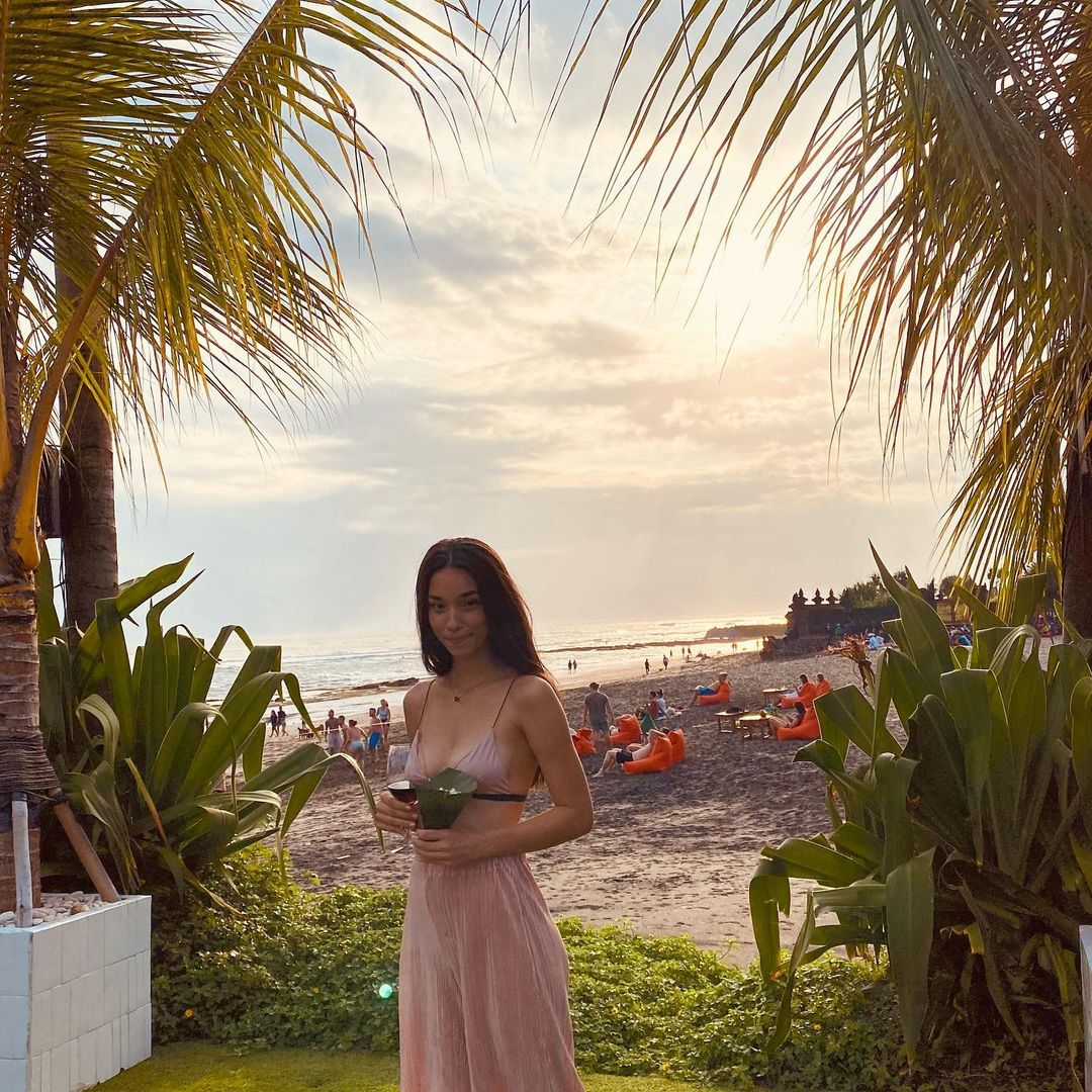 Gaya Vanessa Lima Nyantai di Pantai, Seksi Amat!