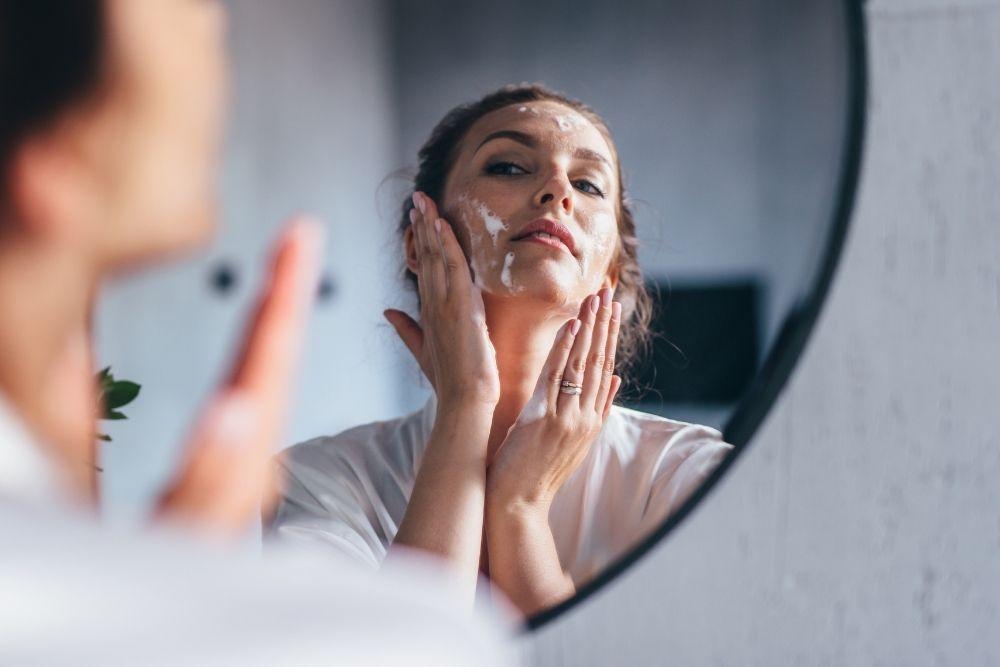 Urutan Skincare untuk Kulit Berjerawat, dari Pagi hingga Malam Hari