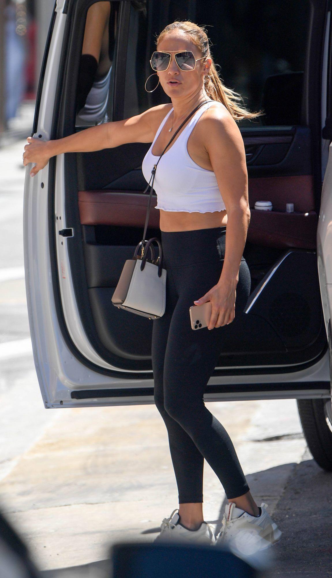Ibu-ibu Gaul, Jennifer Lopez Pergi Belanja Pakai Tank Top