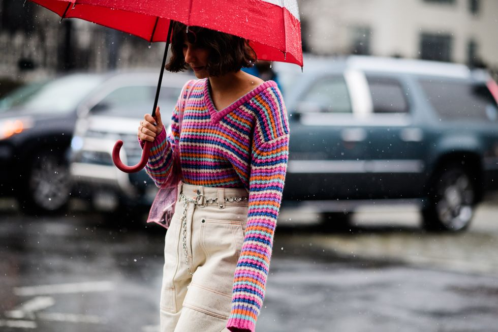 Musim Hujan! Intip Tips Tampil Stylish di Bawah Payung
