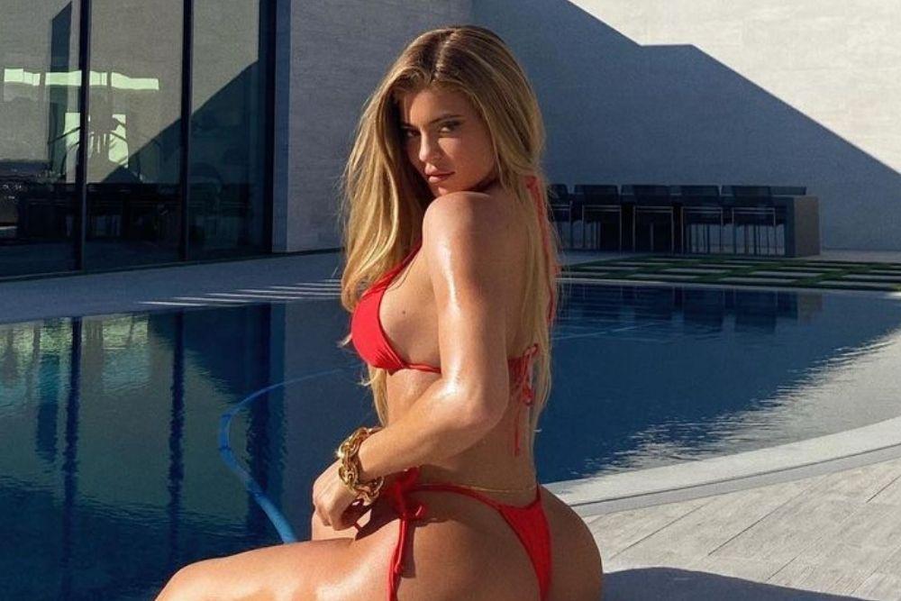 Begini Aksi Kylie Jenner Main Air, Basah dan Seksi!