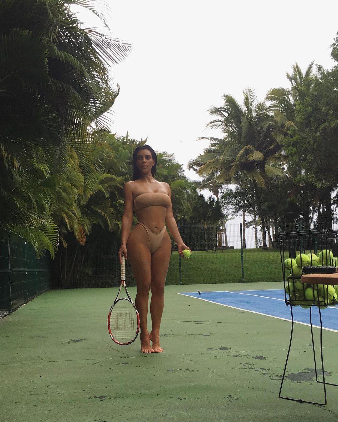 Main Tenis Hampir Telanjang, Cuma Kim Kardashian Orangnya!