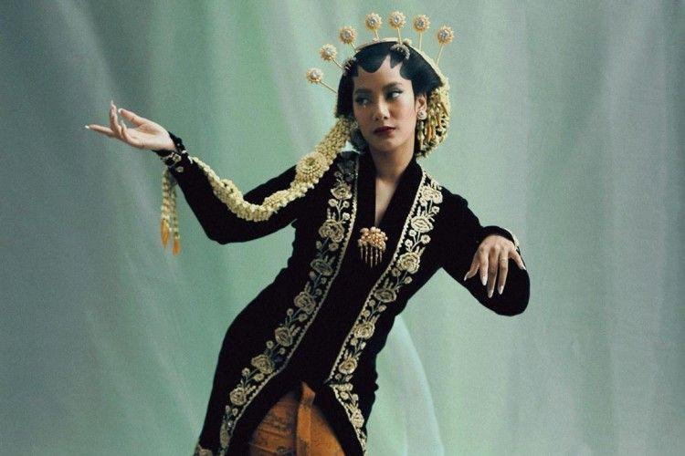 Tips Bergaya Anggun Pakai Kebaya Jawa dari Para Artis Indonesia