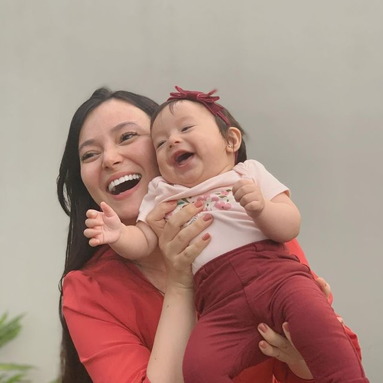 Lama Menanti Momongan, 9 Seleb Ini Punya Jarak Usia Jauh dengan Anak