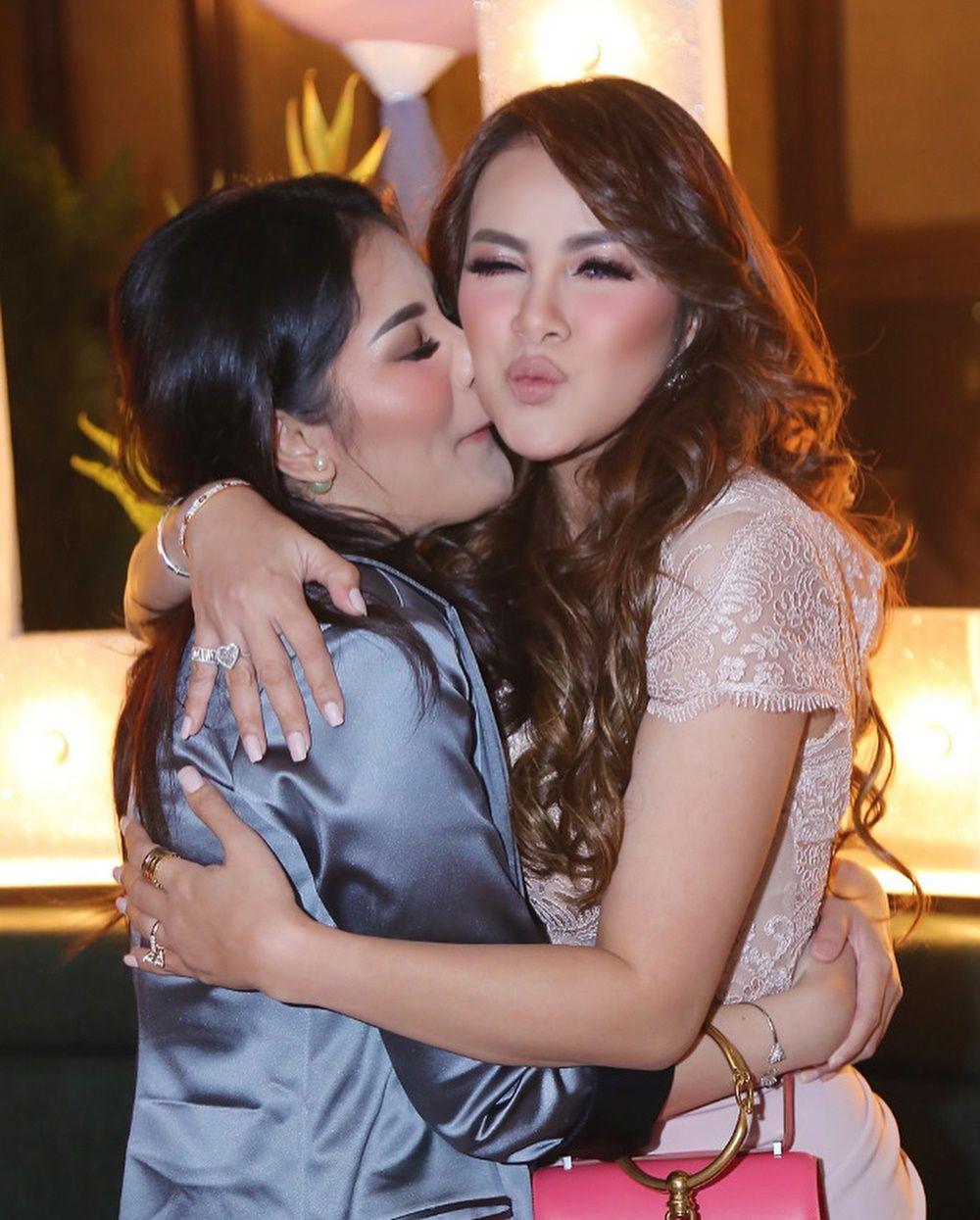 10 Momen Persahabatan Nindy Ayunda dan Olla Ramlan Sebelum Berseteru
