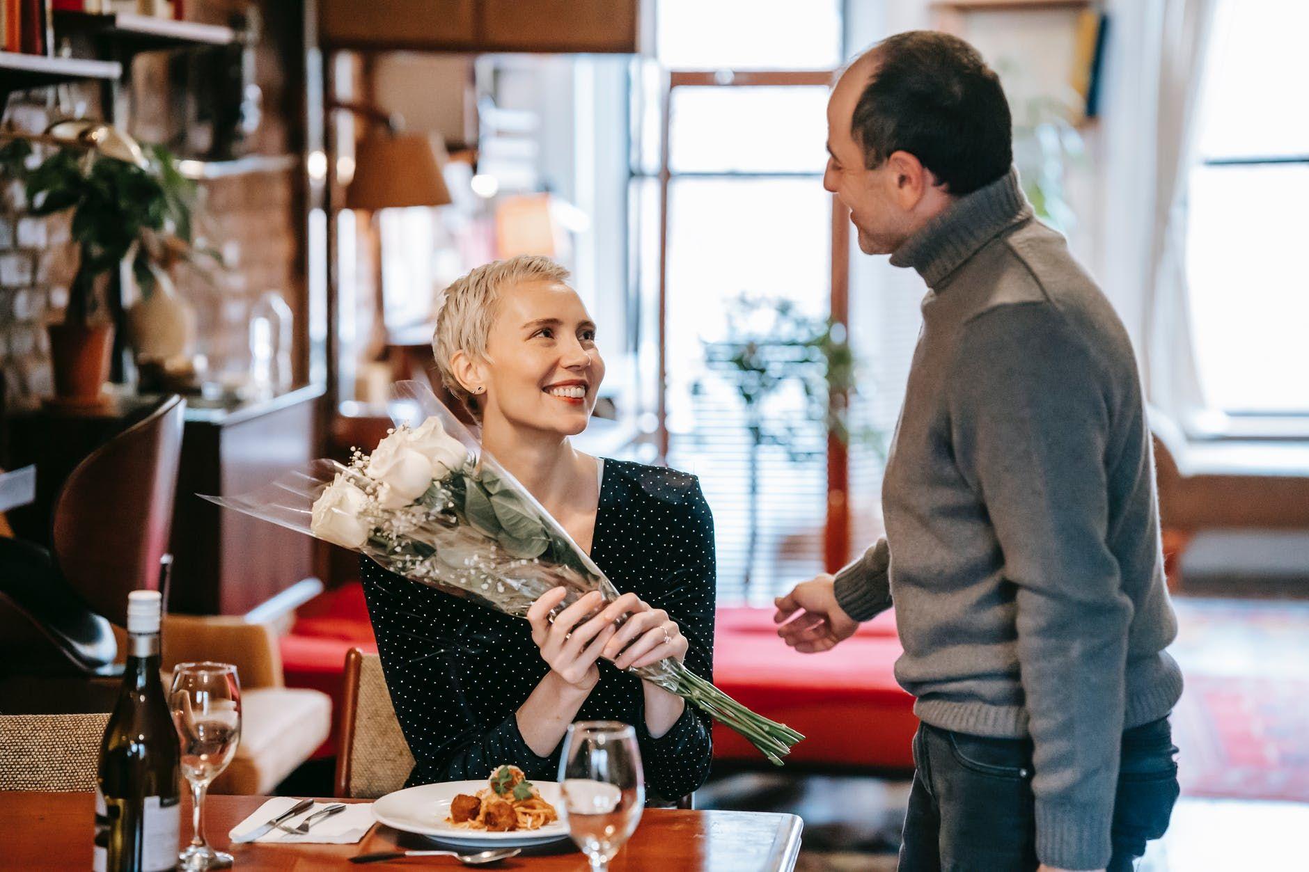 7 Rekomendasi Hadiah Anniversary Pernikahan Terbaik untuk Pasangan