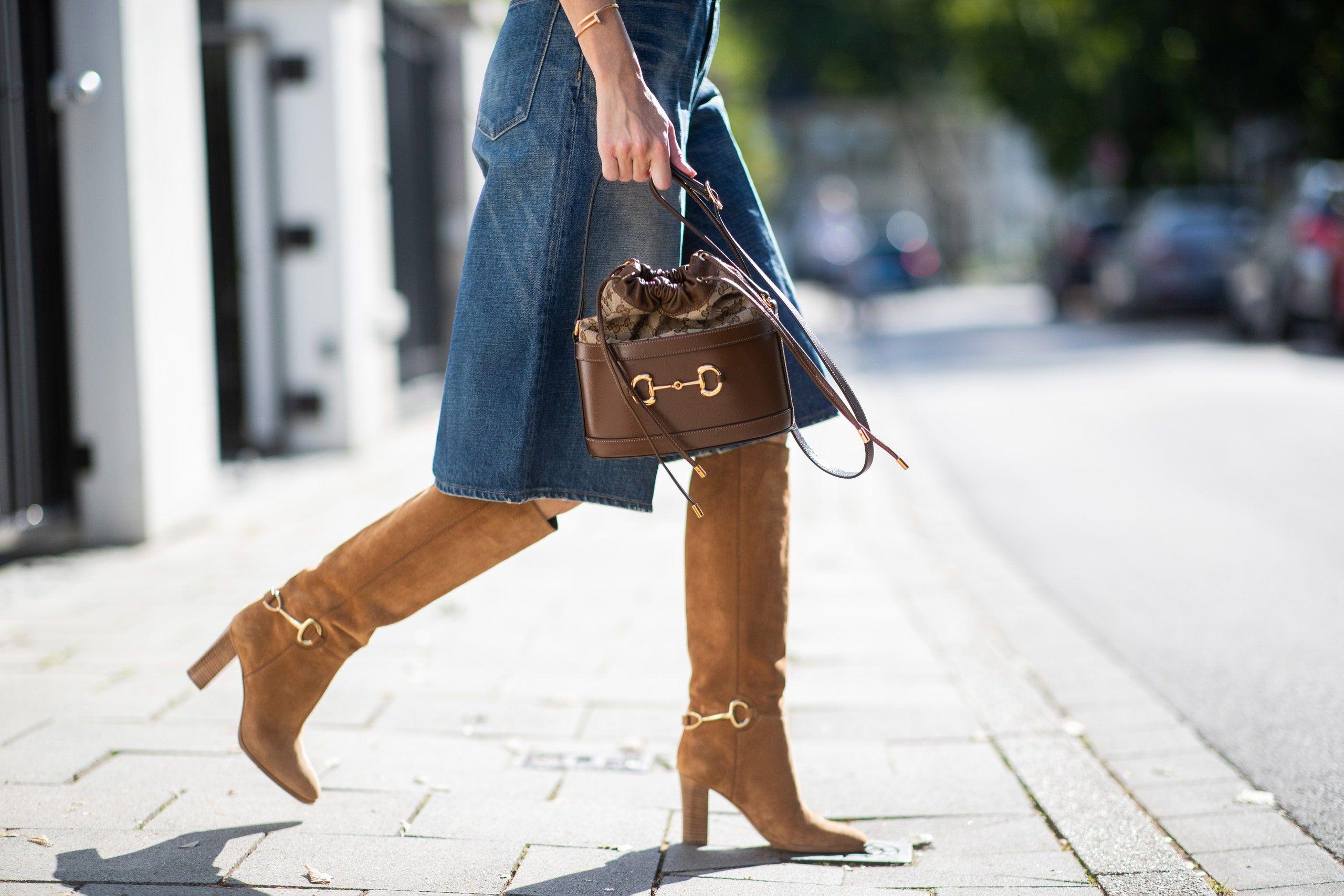 Deretan Fashion Item yang Wajib Kamu Hindari Saat Musim Hujan
