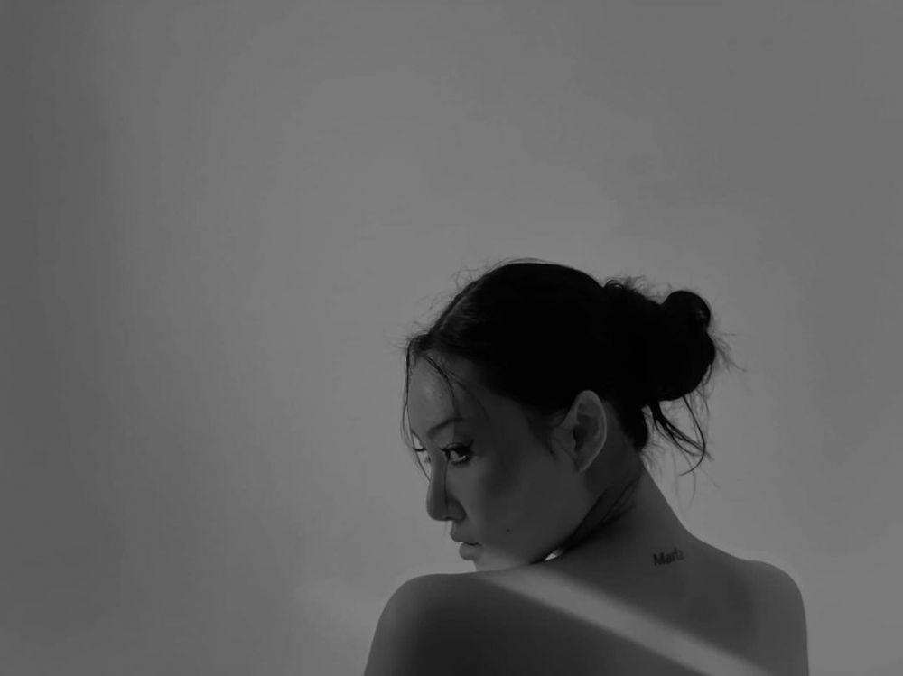 Gaya Seksi Para Artis Cewek Korea Selatan Pamer Tato di Tubuh