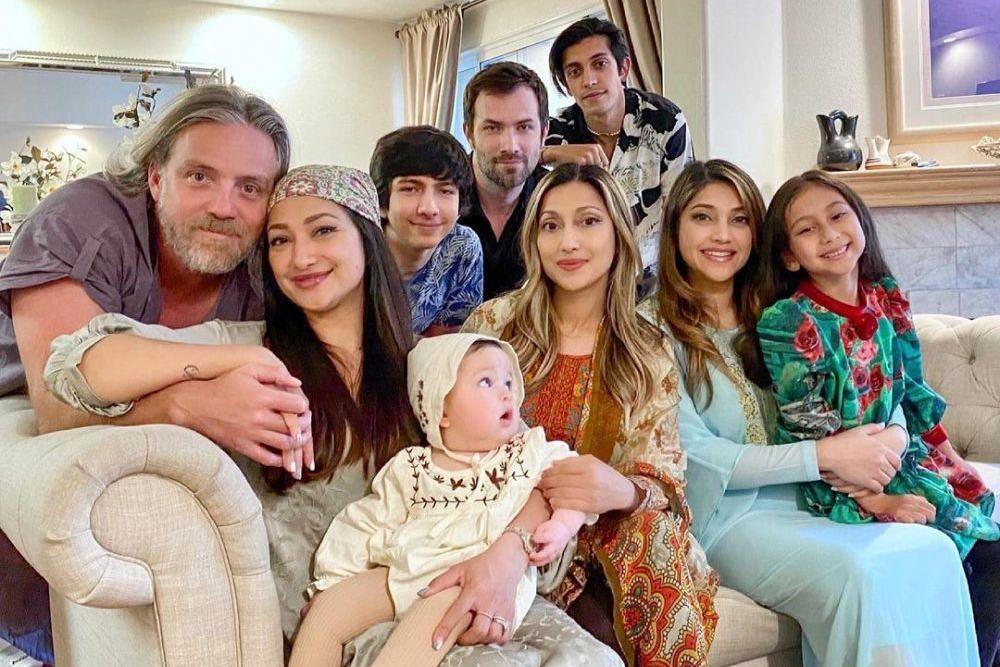 Ramai! 9 Potret Azhari Bersaudara Kumpul Bareng Suami dan Anak di AS