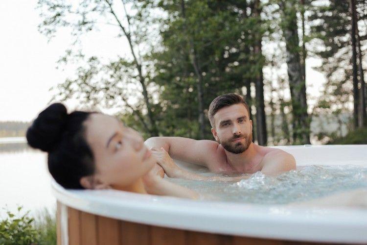 Tips Aman Melakukan Seks yang Melibatkan Air Agar Tidak Cedera