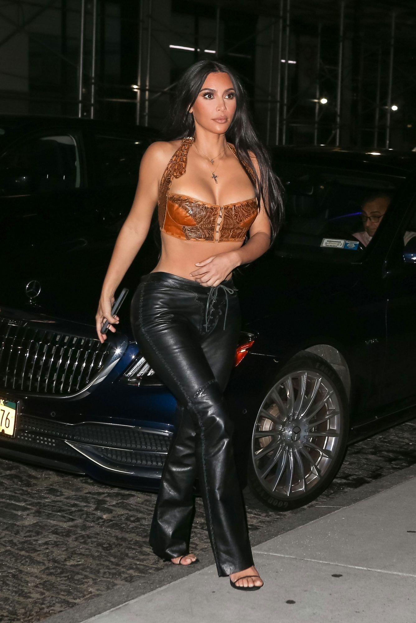 Terlalu Mini! Baju Seksi Kim Kardashian Curi Perhatian Lagi!