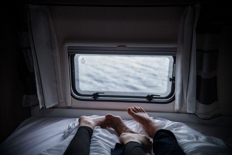 9 Manfaat Tidur Telanjang Bagi Pasangan Suami Istri