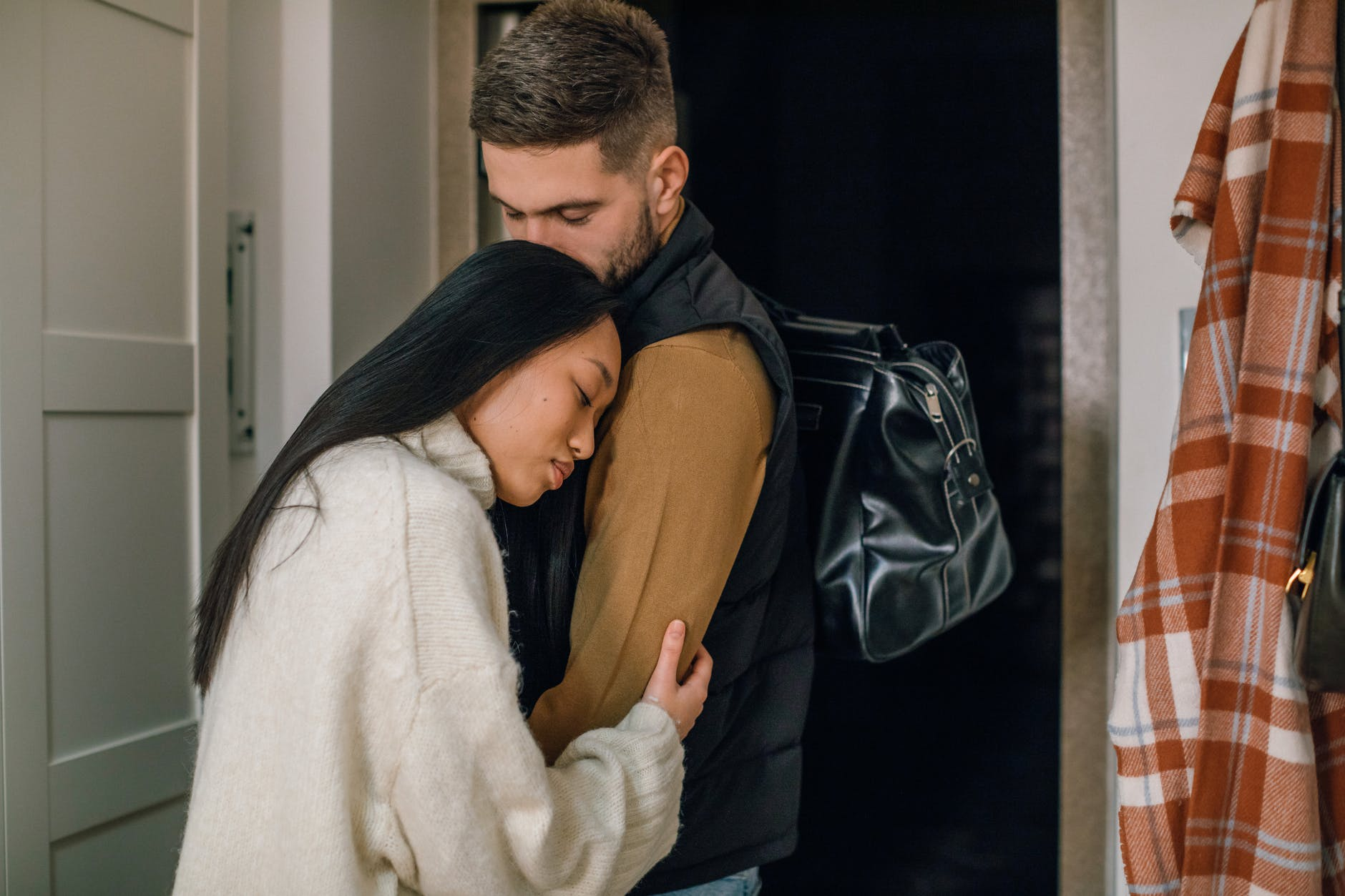 7 Tanda Kamu Insecure di dalam Hubunganmu
