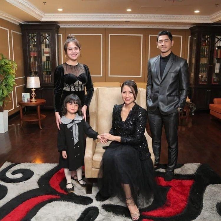 10 Potret Adu Kompak Amanda Manopo dengan Keluarga Asli vs Sinetron