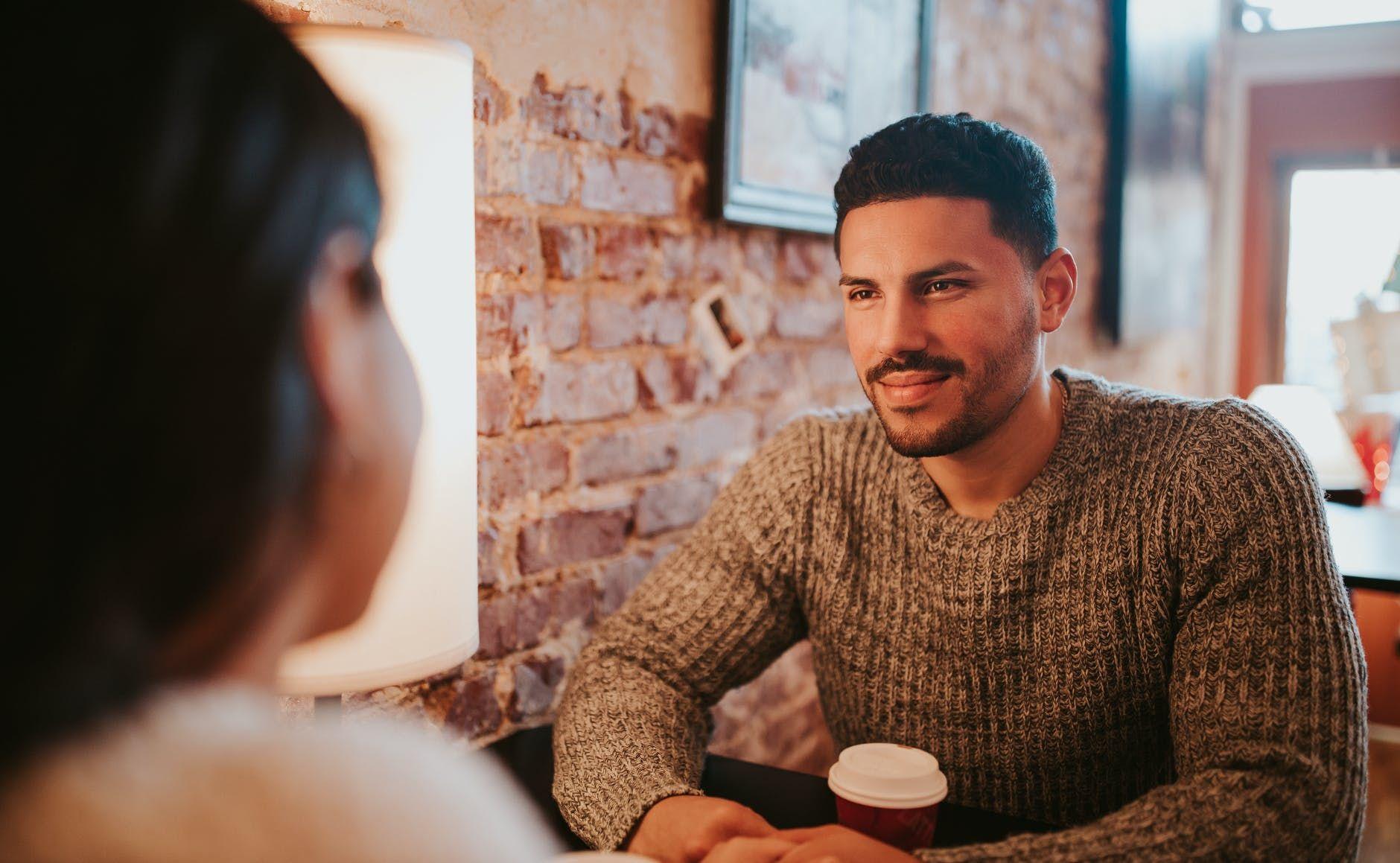 10 Tips Berkomunikasi dengan Jelas Bersama Pasangan Agar Tetap Serasi