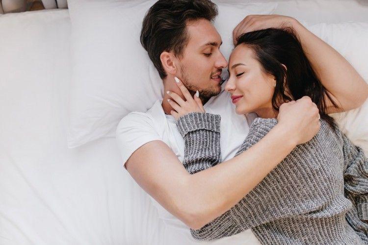 7Manfaat Memeluk Pasangan Setelah Berhubungan Seks