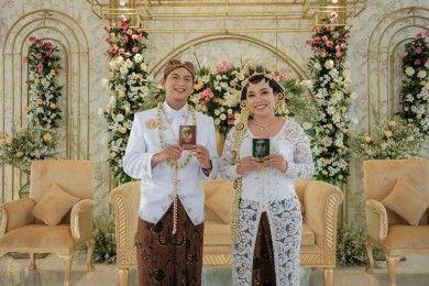 Menikah Sahabat, 10 Potret Kisah Cinta Mumuk Gomez & Eno Retra