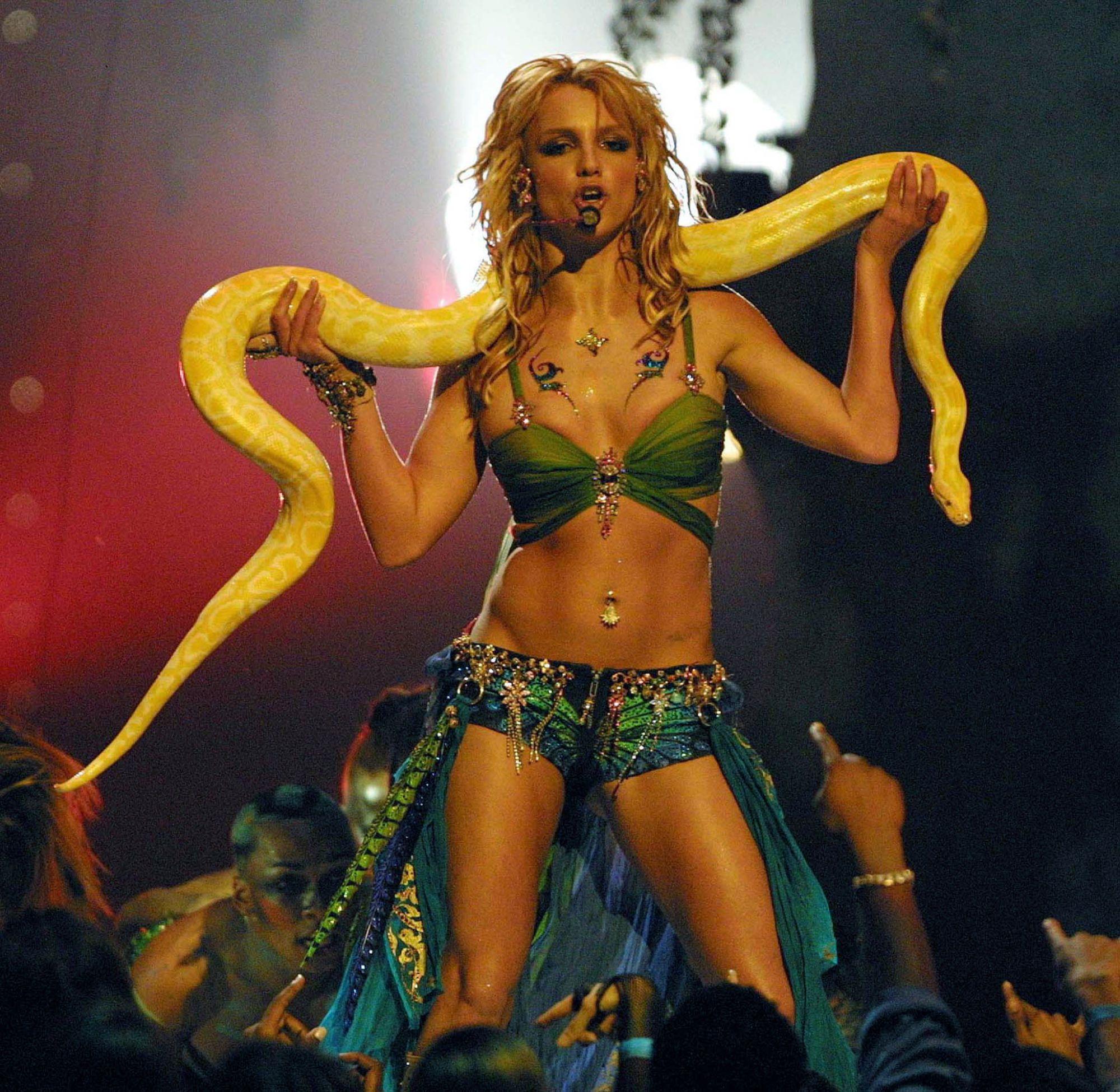 10 Gaya Seksi Britney Spears Paling Tak Terlupakan Sepanjang Masa