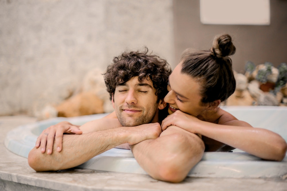 7 Cara Melakukan Vacation Sex yang Lebih Intim dengan Pasangan