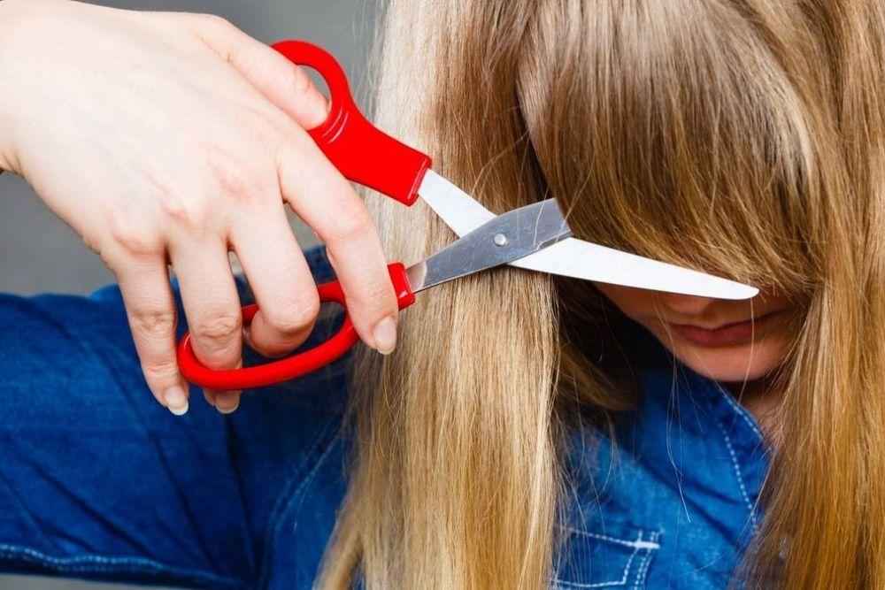 Begini 5 Cara Memotong Poni Sendiri di Rumah, Anti Gagal