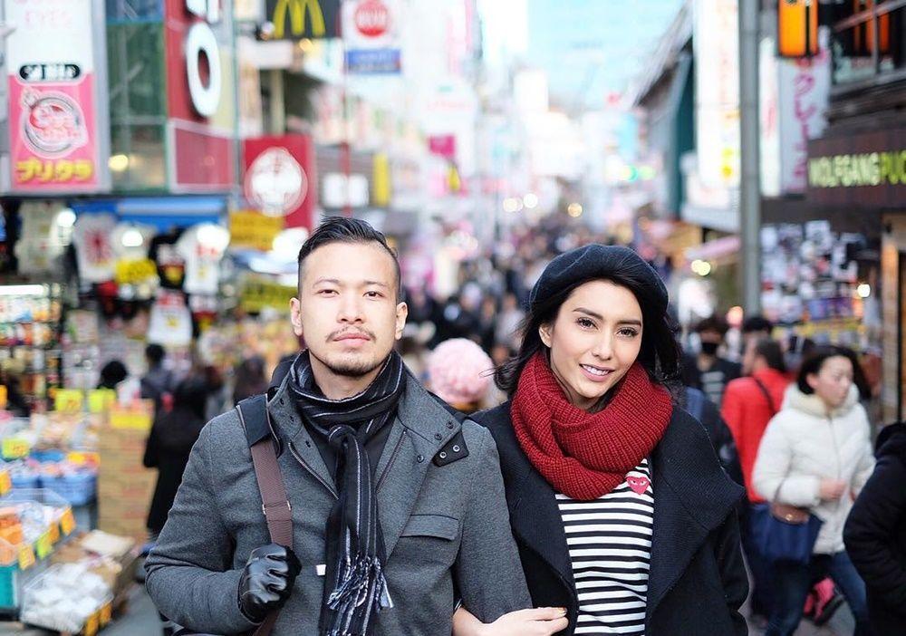 Pernah Diramal Cerai, 10 Foto Mesra Tyas Mirasih & Suami Sebelum Pisah