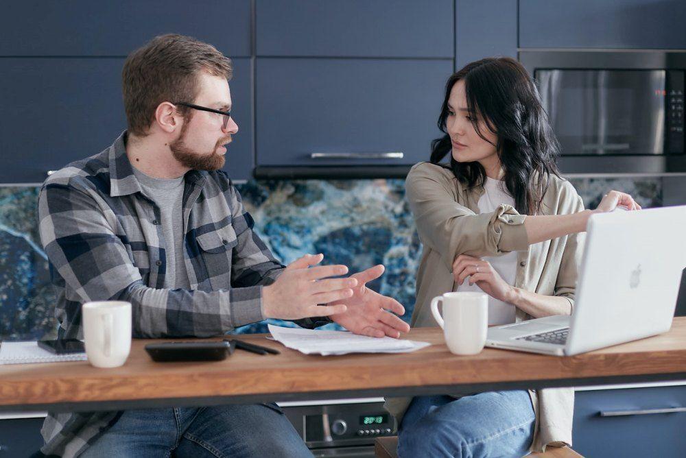 5 Cara Menghadapi Suami Tipe Anak Mami, Tentukan Batasan!