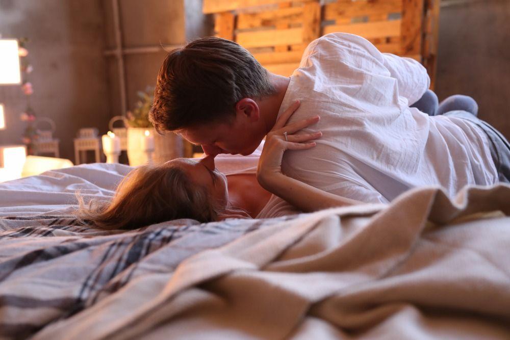 5 Cara Mengatur Napas Selama Berhubungan Seks dengan Pasangan