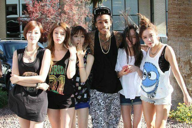 23 Foto KPop Idol & Selebriti Barat yang Mungkin Belum Kamu Ketahui