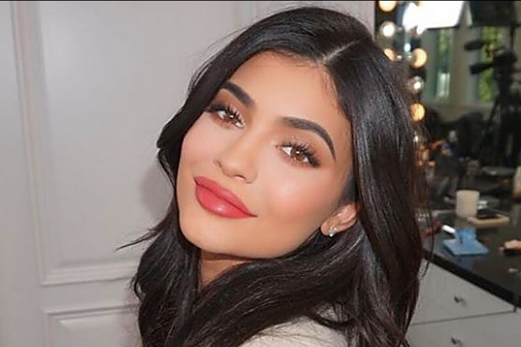 7 Warna Lipstik yang Cocok untuk Pemilik Bibir Tebal